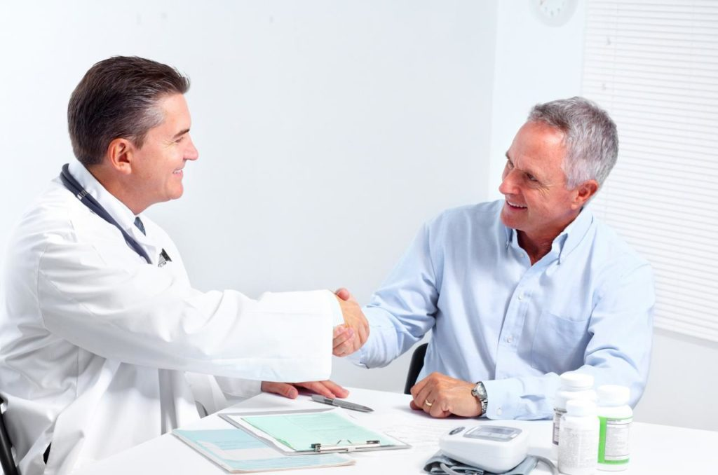 мужчина на консультации у врача