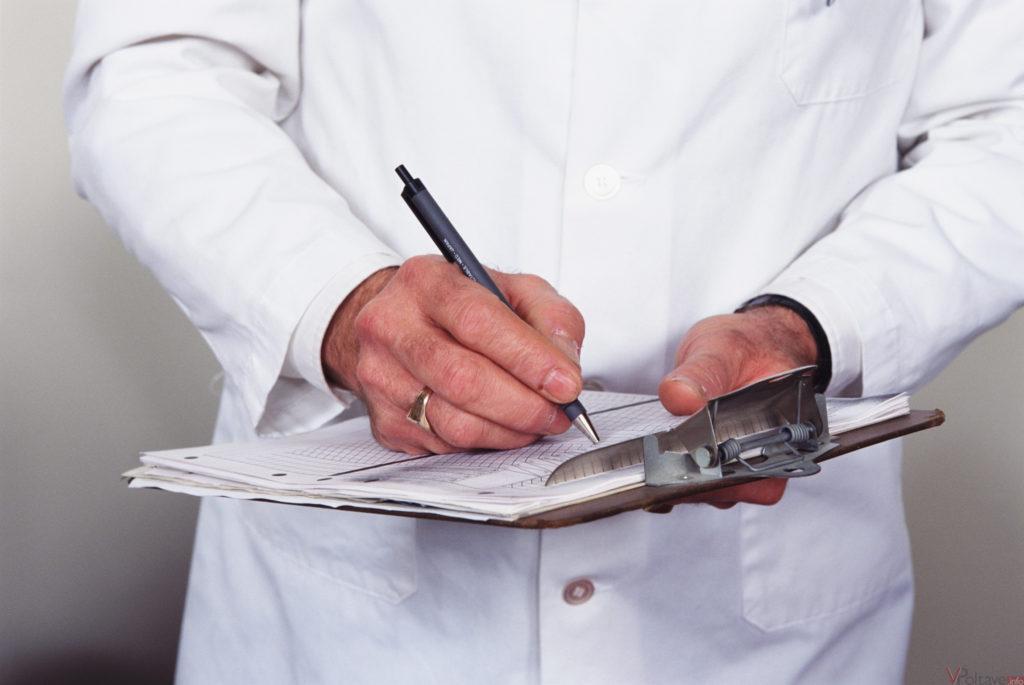 врач выписывает рецепт