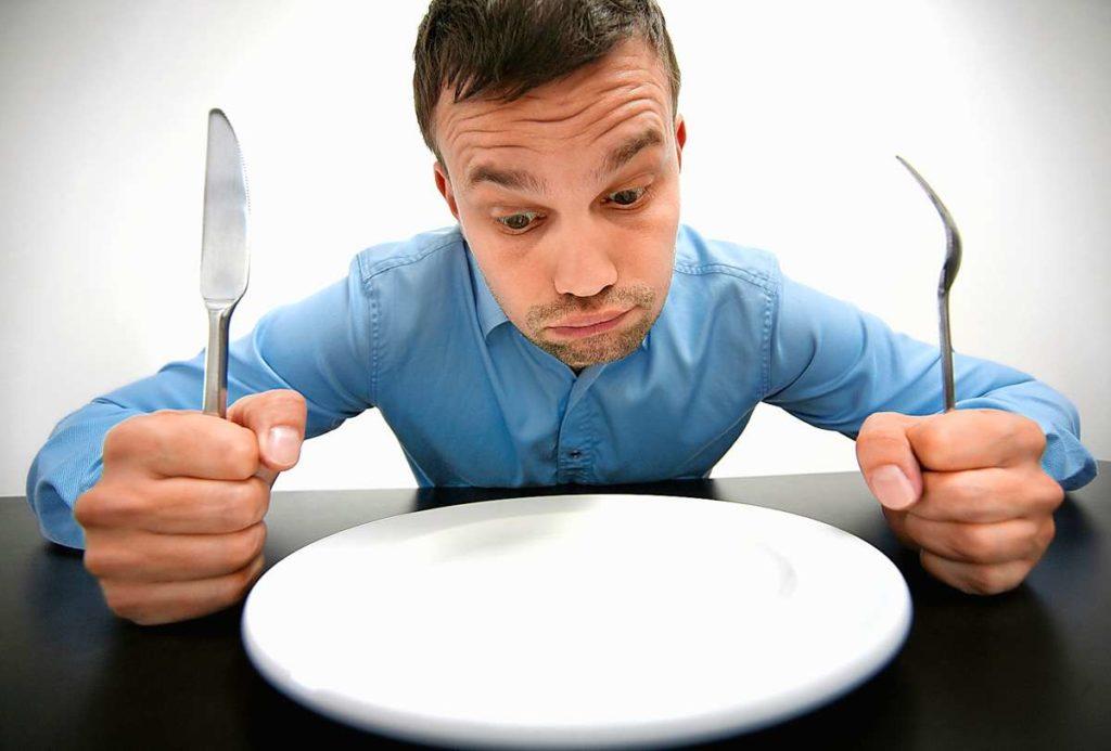 мужчина голодает